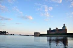 Tempo senza nuvole e castello veduti dalla riva del lago sull'isola di Kalmar immagini stock