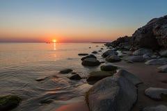 Tempo senza vento un tramonto sulla costa del Mar Baltico Fotografie Stock Libere da Diritti