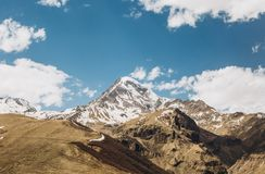Tempo soleggiato Georgia della neve di punta dell'alta montagna Fotografie Stock Libere da Diritti