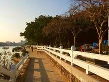 Tempo soleggiato per vedere il paesaggio da entrambi i lati del fiume di Dongjiang fotografie stock libere da diritti
