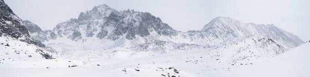 Tempo sombrio em montanhas do inverno Fotos de Stock Royalty Free