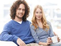 Tempo spendente delle giovani coppie rilassate insieme Immagini Stock