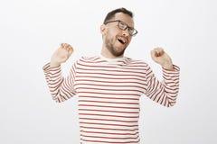 Tempo a stratch dopo il giorno di cantiere di produzione Ritratto dell'uomo europeo attraente rilassato stanco in camicia a stris Immagini Stock
