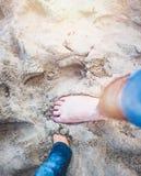 Tempo sulla spiaggia dal mare, divertimento della famiglia Fotografie Stock