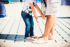 Tempo sulla spiaggia dal mare, divertimento della famiglia Fotografia Stock Libera da Diritti