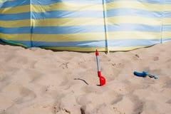 Tempo sulla spiaggia dal mare, divertimento della famiglia Fotografia Stock