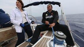 In tempo tempestoso i marinai partecipano alla regata della navigazione stock footage