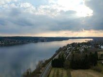 Tempo tempestoso sopra il fiume e la città fotografia stock libera da diritti