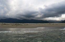 Tempo tempestoso, spiaggia, mare, orizzonte, montagna, Corsica, Corse Haute, Francia, Europa, isola Fotografie Stock