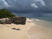 Tempo tempestoso sulla spiaggia Fotografia Stock