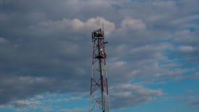 Tempo - torre video da telecomunicação do lapso com nuvem movente e o céu azul Antena da torre do telefone da metragem do lapso d filme
