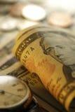 Tempo - um dinheiro Goldtone Do fim imagem conservada em estoque acima - Imagem de Stock