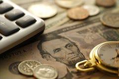 Tempo - um dinheiro Goldtone Do fim imagem conservada em estoque acima - Fotografia de Stock Royalty Free