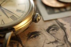 Tempo - um dinheiro Goldtone Do fim imagem conservada em estoque acima - Imagens de Stock Royalty Free