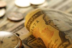 Tempo - um dinheiro Goldtone Do fim imagem conservada em estoque acima - Foto de Stock Royalty Free