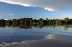 Temporada baja brillante de Kuching del río fotografía de archivo