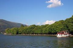 Temporada de verão do lago e da cidade Ioannina Imagem de Stock