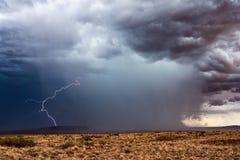 Temporal com relâmpago e as nuvens de tempestade escuras imagem de stock