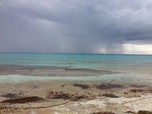 Temporal de lluvia tropical hacia fuera en el mar Fotos de archivo