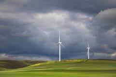 Temporal dramático sobre turbinas eólicas em campos verdes - Caledon, cabo ocidental, África do Sul fotografia de stock
