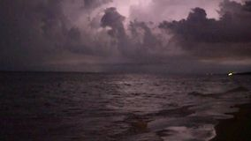 Temporale alla notte lungo il litorale della spiaggia video d archivio