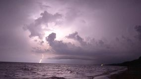 Temporale alla notte lungo il litorale della spiaggia stock footage