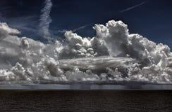 Temporale dell'oceano con i cumulonembi e la pioggia Fotografia Stock