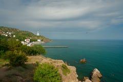 Temporali d'avvicinamento sul Mar Nero alla spiaggia con la gente sulla vacanza Immagini Stock Libere da Diritti