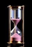 Temporizador da areia do Hourglass no preto imagens de stock