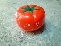Temporizador de Pomodoro na textura velha suja branca do cimento do assoalho concreto imagem de stock royalty free