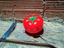 Temporizador de Pomodoro na textura velha suja branca do cimento do assoalho concreto imagem de stock
