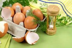 Temporizador del huevo con los huevos Imagenes de archivo