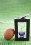 Temporizador del huevo y huevo hervido fotografía de archivo