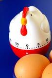 Temporizador y huevos del huevo foto de archivo libre de regalías