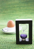 Temporizzatore viola dell'uovo della sabbia Fotografia Stock