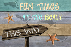 Tempos do divertimento na praia esta maneira Fotografia de Stock Royalty Free