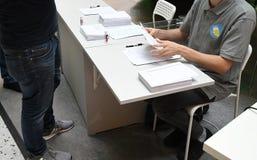 TEMPRANO VOTANDO EN ELECCIONES GENERALES SUECAS imagenes de archivo