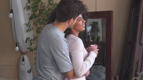 Temps aimant de dépense de couples ensemble à la maison clips vidéos