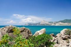 Temps beau à la mer Roches, nuages, ciel bleu Images libres de droits