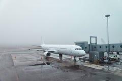 Temps brumeux à l'aéroport Image libre de droits