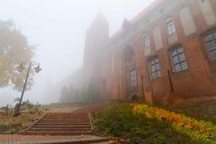 Temps brumeux au château et à la cathédrale de Kwidzyn Photographie stock libre de droits
