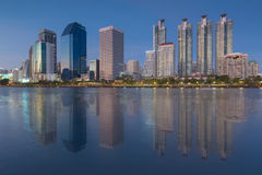 Temps crépusculaire à la ville de Bangkok du centre avec la réflexion de l'horizon Images stock