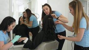 Temps d'économie, femme d'affaires faisant la manucure pendant le maquillage et les coiffures dans le salon banque de vidéos