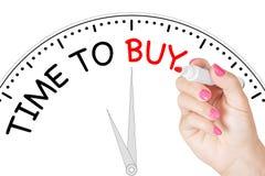 Temps d'écriture de main de femme d'acheter le message avec le marqueur rouge sur Transp Photographie stock