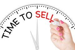 Temps d'écriture de main de femme de vendre le message avec le marqueur rouge sur le transport Photographie stock libre de droits