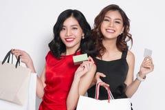 Temps d'achats Amies de femme dans la robe blanche tenant la carte de crédit Photos stock