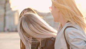 Temps d'amis de conversation d'amusement de promenade de ville de filles banque de vidéos
