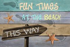 Temps d'amusement à la plage de cette façon Photographie stock libre de droits