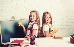 Temps d'?cole des filles : De nouveau ? l'?cole et ? l'enseignement ? domicile Amiti? de petit image libre de droits