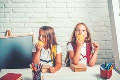 Temps d'?cole des filles E Enfants heureux d'école à la leçon dedans images libres de droits